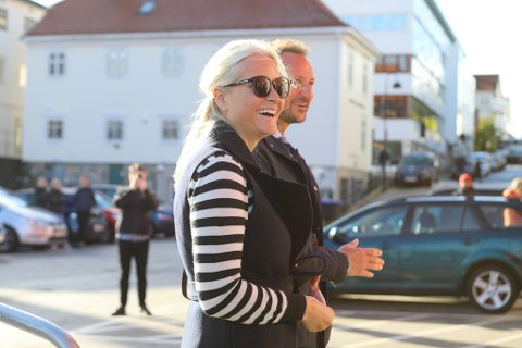 I LAG: Det var ei positiv nyhende at Kronprisesse Mette-Marit var med Kronprinsen då dei kom til Florø onsdag.