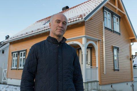 AKTIV: Som faren og faren hans igjen, elskar Jonny Grotle frå Florø å snikre. Det gjorde at han våga å gå i gang med å pusse opp det hundre år gamle huset han kjøpte i Hans Blomgata i 2001. No, 21 år seinare, er mesteparten ferdig. Men ikje alt.
