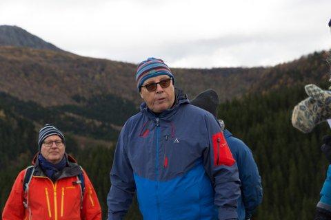 VIL REDDE SKULEN: Gruveselskapet AMR med styreleiar Arnold Rørholt i spissen (i midten) slår eit slag for grendeskulen i Vevring. Arkivfoto frå ei synfaring på Engebøfjellet hausten 2020.