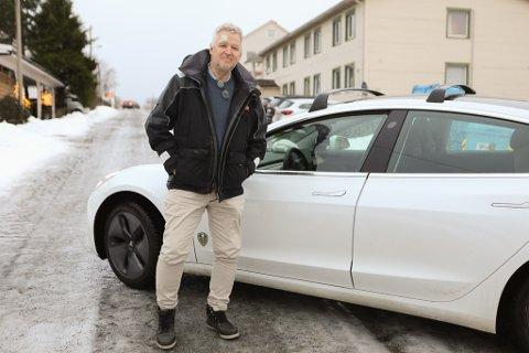 KAN BLI BETRE: Hans Erik Stenseth kjøpte seg Tesla i sommar. Han har vore overentusiastisk heilt fram til frosten kom. - No er eg litt meir lunken, seier han. No har han fått svar frå bilfabrikanten, og nokre brukartips.