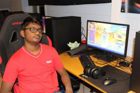 KJEMPEKJEKT: Hanu (13) synest det høyrast kjekt ut med eigen E-sportlinje i Florø.