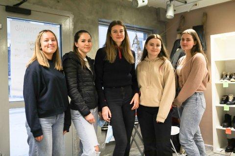 2IDA: 17-åringane f.v: Isabella Sundal Arnes, Kristin Torsvik Myrvollen, Tomine Fadnes, Josefine Strand Bjørnå og Ellinor Brekke Sunde jobbar no for treningsleir på Lanzarote i 2022.