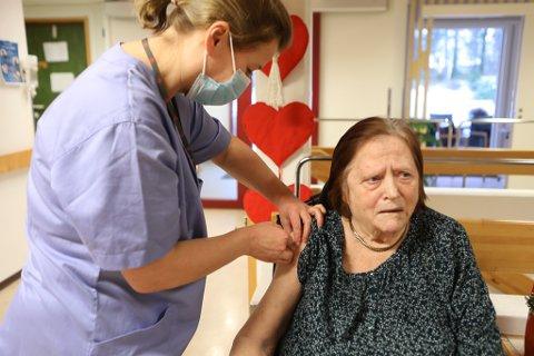 FØRST UTE: Elna Holm (82) var i første rekke då vaksineringa starta i Kinn onsdag føremiddag.
