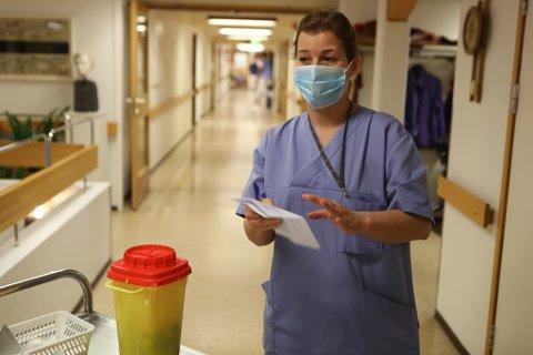 VAKSINERTE: Sjukepleiar Izabela Garlicka sette dei første vaksinene i Kinn i starten av januar.