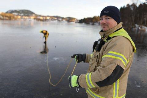 ISMÅLING: Isen på dei tre florøvatna er framleis ikkje trygg nok til å ferdast på. - Dette er under det som er tilrådd, seier brannmeister Rune Ask.