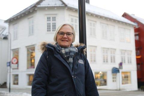 VELDIG KJEKT: Greta Halvorsen i Eigedomsmekling Sogn og Fjordane synest det er veldig kjekt at det er så stor interesse for eigedommar i Florø sentrum.