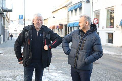 JUBLAR: Leiar i samferdsleutvalet i Kinn, Vidar Grønnevik (H) og ordførar i Kinn kommune Ola Teigen (Ap) er godt nøgde med at Florø lufthamn er tilbake på FOT-rutene til staten frå hausten 2021.