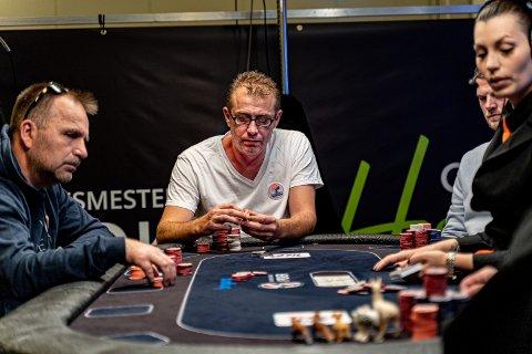 DEN DANSKE MALER (og pokerspelar): Kasper Wurtz tel sjetongar på finalebordet i NM i poker. 47-åringen driv bedrifta Den Danske Maler i Florø. I dag blei han 340.000 kroner rikare på fjerdeplassen i poker-NM.