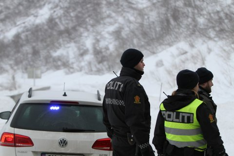 KANSKJE OPNING: Snøskavlar skal vere sprengt ned over Fylkesveg 614, og ei ny vurdering om vegopning skjer i 12-tida tysdag.