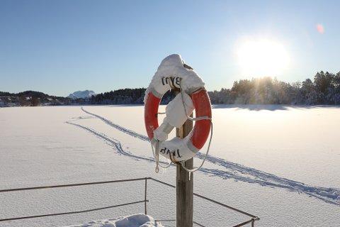 IDYLL: Strålande sol, 5-6 minusgrader og 20 centimeter tørr fluffy snø på bakken. Vinteren er komen til Storevatnet i Florø.