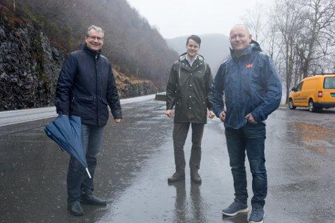 Rv.5: Tore Storehaug (KrF), Olve Grotle (H) og Jan  Henrik Nygård (V) presenterte nyheita om at tunnel mellom Naustdal og Erdal no er inne i NTP.