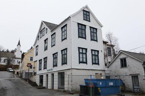 GAMMALT OG SOLID: Strandgata 13 fekk ikkje banesår under brannen i februar - no er igangsettingsløyvet for restaurering og gjenoppbygging gitt.