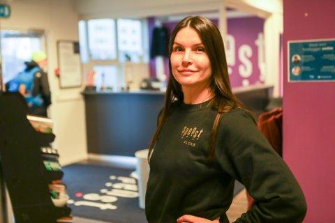 VED GODT MOT: Anja Grøndal, fungerande leiar for Spenst Florø er glad for at dei kan halde ope, sjølv om dei må leve med litt strengare restriksjonar.