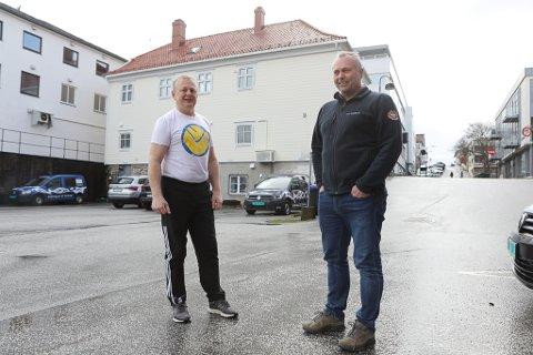 STÅR I DET: Kåre Hukset og Terje Andersen synest det er trasig at dei må stenge ned mykje av aktiviteten, men dei stiller seg lojalt bak dei nye sentrale koronakrava.