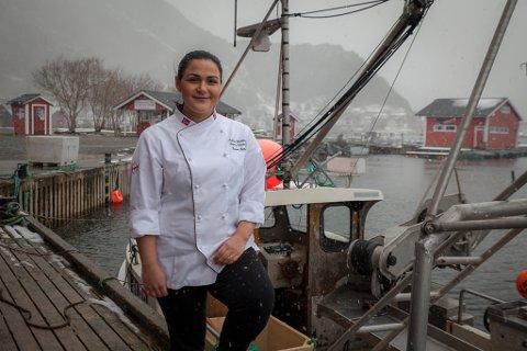EIGA BEDRIFT: Viviane Felix Silva satsar på eiga bedrift med lokale råvarer i bygda ho har vakse opp i, Bremanger. Her står ho ved sidan av fiskebåten til stefar John-Roar Grotle.