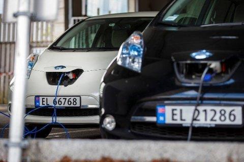 MÅ BETALE: Har du elbil må du no passe på kor du parkerar. I sentrum av Florø blir det avgift frå og med 1. mai.