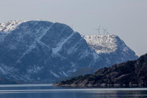 AKSLA: Aksla-fjellet sett frå Leirgulen-området. Bak ser vi vindturbinane på Hennøy VIndkraft