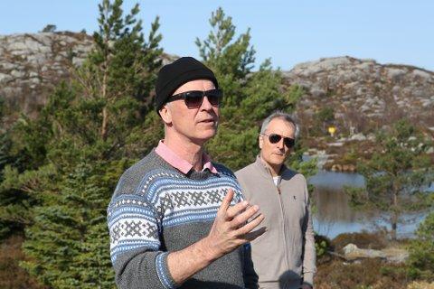 GRÜNDER: Stig Bakke forklarer planane i Smørhamn, medan kommuneedirektør Tom Joensen gler seg over at planane no ser ut til å bli realitet.