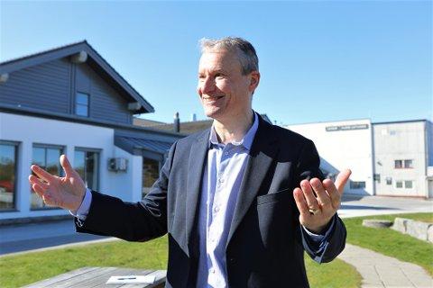 MEININGSLAUS AVGIFT: Olve Grotle, ordførar i Sunnfjord og stortingskandidat for Høgre i Sogn og Fjordane meiner flypassasjeravgifta innført i 2016 ikkje treff. No vil han ha den fjerna.