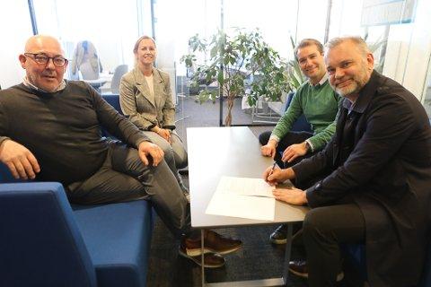 SATSAR LOKALT: Hub For Ocean signerte avtale med Kinn kommune. Frå venstre: Dagleg leiar i HFO Stein Kvalsund og prosjektleiar Kristin Svardal. Til høgre leiar i Plan- miljø og næringsutvalet Jacob Nødseth og ordførar i Kinn Ola Teigen.