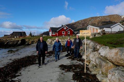 VELKOMMEN: Hytteeigarane på Blåhella ønsker folk hjartaleg velkomne til å spasere langs sjøen frå Struen og ut til Hauge. Frå venstre Roy Petter Riksvold, Eva Hauge Riksvold, Vigdis Greftegreff og Arne Torbjørn Greftegreff.
