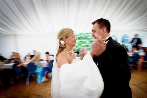 FÆRRE SLIKE: Eit brudepar danser bryllupsvals. No tyder nye tal på at det blir færre slike bryllupsfestar i Norge framover.