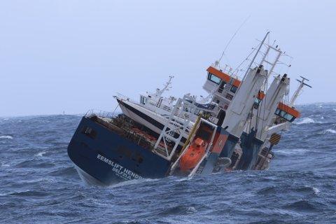 Det nederlandske lasteskipet Eemslift Hendrika har rundt 350 tonn tungolje og 50 tonn diesel om bord. Det er fare for at det vil kantre, og da vil drivstoffet lekke ut i sjøen.  Skipet driver fortsatt, og befinner seg 40–50 nautiske mil vest for Ålesund. KV Sortland er fortsatt på stedet. De er Kystverkets øyne og ører. Det er 15–18 meters sjø, samt vind på 18–20 meter i sekundet fra nord. Dette gjør det umulig for Kystvakten å gjøre noe annet enn å observere, melder Kystverket tirsdag kveld.