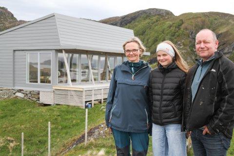 LETTMETALL: Ingvild Nydal, Frida (snart 13) og Jan Henrik Nygård finn kvar på sin måte roa på den aluminiumsbelagde hytta på Kvamsholmen på sørsida av Askrova.