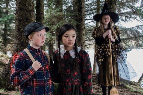 KLARE TIL FØRESTILLING: Hans, Grete og Heksa er berre tre av 24 barn som er med når Florø Musikkteater har verdspremiere på Hans og Grete på laurdag!