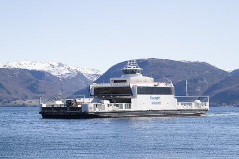FORLAG OM KUTT: Regjeringa sitt reviderte nasjonalbudsjett gir løyvingar på 120 millionar til reduksjon av ferjeprisane. Her ser vi MF Stavanger på Lavik – Oppedal.
