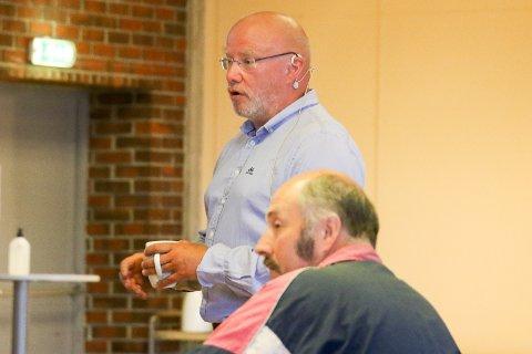 LØYPEMELDING: Rolf Bjarne Sund kom til formannskapet med løypemelding på investeringane til kommunen. Han slapp ikkje unna kritikk då det viste seg at det ikkje blir jobba med verken rådhus eller nordfjordbad for tda.
