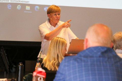SKISSE: Kommunalsjef Ellen Jåvold presenterte ei svært laus skisse over den kommande bruksplanen for skule i Kinn tysdag.