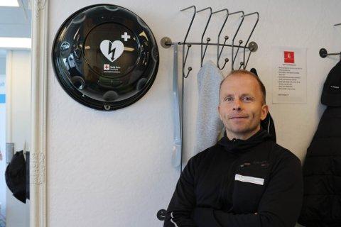 HJARTESTARTAR: Kim Are Jacobsen håper alle får registrert hjartestartarane, slik at det vil bli lett å finne ein dersom situasjonen krev det.