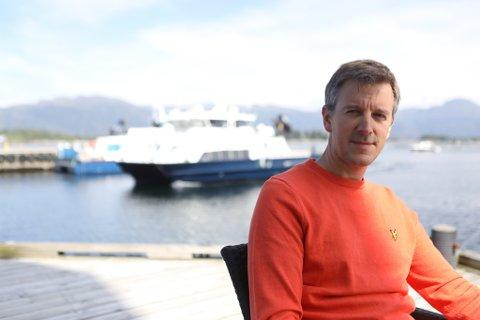 SKYSSBÅTANE: Dei som er avhengige av kommunikasjon med båt, som alle i florøbassenget, bør ha gratis skyss, meiner Erling Sande (Sp).
