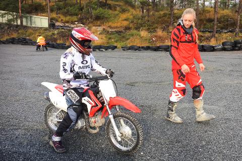 MISTA MYKJE: Mellom søndag ettermiddag og måndag ettermiddag har nokon stole motorsyklar og utstyr frå Florø motorsportklubb for store summar.