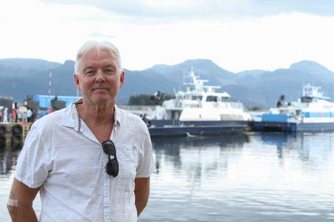 STILLER SPØRSMÅL: Då Lars Ove Nygård og familien blei staånde igjen på kaia søndag ettermiddag, var det over fem timar til neste båt kom. Dermed valde dei å bestille seg taxibåt.
