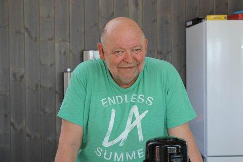 GODT MED FOLK: Ingulf Slettevold merker at dei som nytter seg av folkeparken sett pris på å kunne kjøpe seg ein is i varmen.