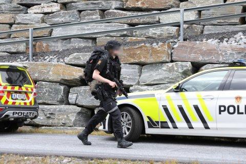 AKSJON: Politiet stilte med maskinpistol under aksjonen på Helgheim. – Skadepotensialet var stort. Det var ein farleg situasjon, og eg er nøgd med at vi løyste oppdraget utan at nokon vart alvorleg skadde, seier politisjefen dagen etter.