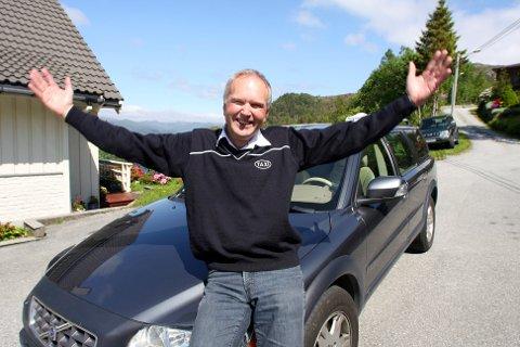 DRIV MED TRE BILARE: Per Helge Olsbø på Hornskor i Bremanger driv med tre drosjebilar. Han meiner det er realistisk at ein av desse kan vere elbil.