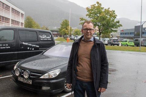 SMELL: Måndag kveld fekk bilen til Eysteinn E. Udberg kjenne på naturkreftene.
