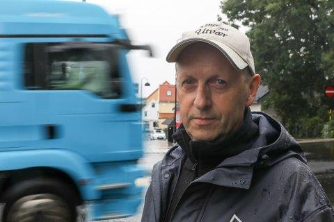 UROA: Terje Brandsøy er uroa for tryggleiken til dei mjuke trafikkantane i Florø sentrum på grunn av manglande merking og skilting av gangfelta.