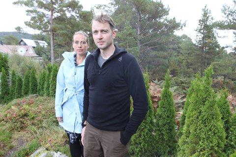 BARNDOMSHEIMEN: Harald Ulriksen (40) og Trine Igland (41) flytta i 2012 frå Bergen og etablerte seg i Florø. No er dei blitt ein familie på seks. At bustaden ligg ved eit friområde var tunga som bikka vekta for at dei skulle flytte heim.