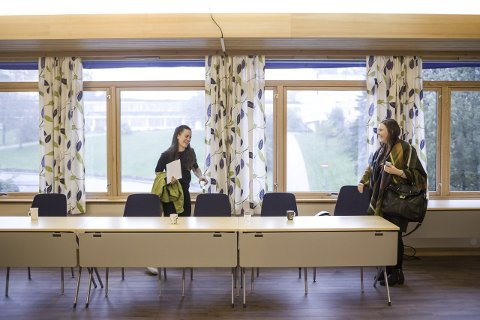 Gler seg: Kamilla Ørnehaug Birkeland (t.v.) og Amanda Strandos ser fram til ein spennande periode som kommunestyrerepresentantar.Foto: Bent Are Iversen