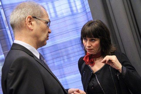 Fylkesrådmann Tore Eriksen og Fylkesordførar Jenny Følling. Fylkeskommunen må no spare inn 90 millionar kroner dei neste fire åra.