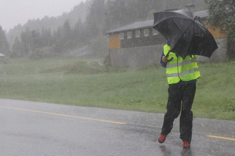VIND OG REGN: Det er berre å gjere seg klar. Vinden er kommen, og regnet er på veg. Det blir ufyseleg vêr i fleire dagar framover.