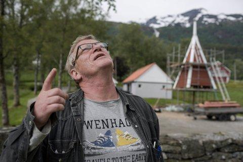 IKKJE NOK: Per Christian Liseter har følgt gode råd, men får ikkje grønspettene vekk frå Ålhus kyrkje. No er det duka for skadefelling.