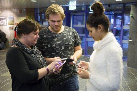 Skummelt: Ane Østby Birkeland (t.v.), miljøkoordinator på Hafstad vidaregåande skule, synest den anonyme appen Jodel er skummel. Her saman med elevane Jostein Vedvik (18) og Massoma Jurmy (17).  Foto: Camilla Brugrand