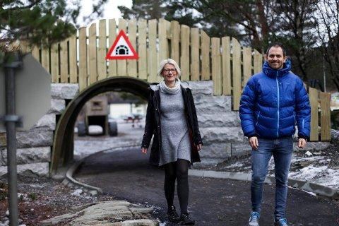 Barnehageleiar Merete Moe og Kåre Toreid, leiar i foreldreutvalet i Krokane barnehage gler seg over den nye trafikkløypa som er under arbeid i barnehagen.