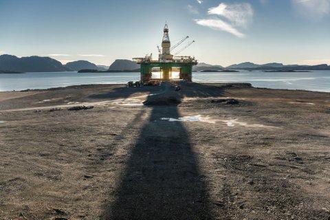 STARTEN: Bore- og leiteriggen Leiv Eiriksson vart den første platformen til land på Lutelandet i Fjaler. No skal både industri og vindkraft få betre linjekapasitet for å sikre utvikling av området.