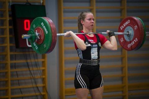 SKAL TIL NM I FRIIDRETT: Marit Årdalsbakke frå Jølster er på landslaget i vektløfting. No skal ho til NM i friidrett.